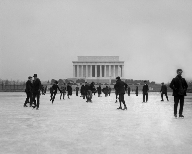 Skating on the Reflecting Pool, 1922 (Library of Congress)